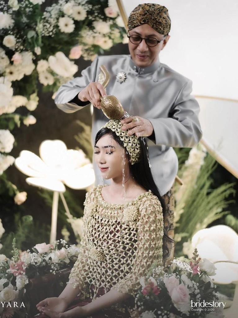 Ayah Isyana melakukan proses siraman untuk memberkati sang putri yang akan segera dipersunting Rayhan.