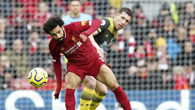 Southampton's Pierre-Emile Hoejbjerg, right, challenges Liverpool's Mohamed Salah during the English Premier League soccer match between Liverpool and Southampton at Anfield Stadium, Liverpool, England, Saturday, February 1, 2020. (AP Photo/Jon Super)