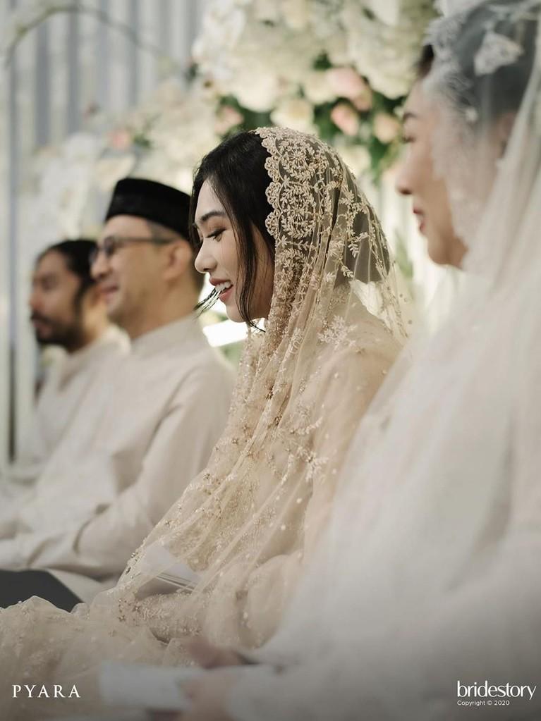 Isyana tampak sumringah dan bahagia pada saat acara pengajian, seperti tak sabar menunggu hari pernikahan.