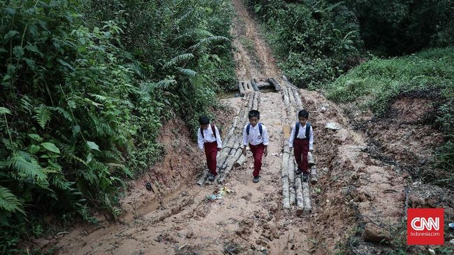 Menuju sekolah marginal harus membelah bukit dan hutan. Jantung berdegup kencang selama perjalanan melewati jurang di kanan kiri jalan.