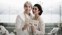 <p>Isyana Sarasvati resmi menikah dengan Rayhan Maditra pada 2 Februari 2020. Pasangan ini diam-diam telah menjalin hubungan asmara selama 12 tahun, Bunda. (Foto: Instagram @thebridestory)</p>