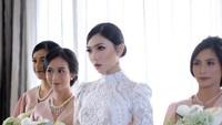 <p>Memilih gaya rambut bun style dengan gaun pengantin putih membuat penampilan Isyana sempurna di hari pernikahannya. (Foto: Instagram @Didiet Maulana)</p>