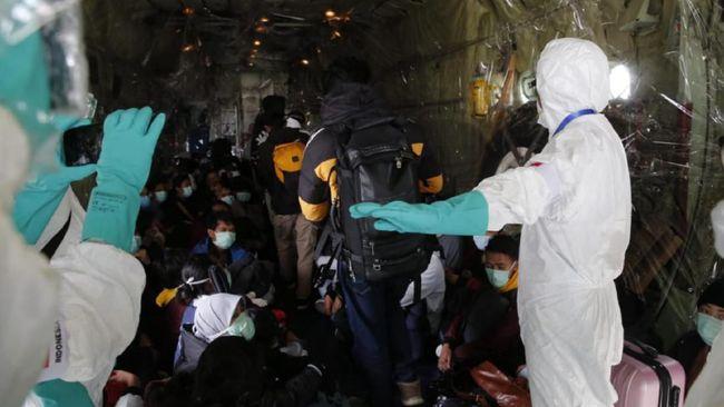 Pemerintah resmi melarang WN China untuk masuk ke Indonesia hingga korban tewas virus corona yang mencapai 304 orang mengisi kabar internasional, Senin (3/2).