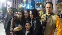 Sebelum menikah lagi dengan Jennifer Dunn, Faisal Harris memang suka menghabiskan waktu bersama anak-anaknya. Mereka sering traveling bareng, Bunda. (Foto: Instagram @shabinamecca)