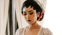 <p>Sedangkan untuk pesta resepsi, Isyana melibatkan makeup artis Bubah Alfian untuk merias wajahnya. Tak kalah cantik dari akad nikah, wajahnya pun mengundang pujian dari para rekan artis sore ini. (Foto: Instagram @bubahalfian)</p>