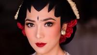 <p>Isyana diketahui memilih makeup artist, Marlene Hariman, yang juga merias Raisa di hari pernikahannya. Dalam Instagram miliknya, Marlene mengungkap kalau baru pertama kali merias Isyana nih, Bun. (Foto: Instagram @marlenehariman)</p>