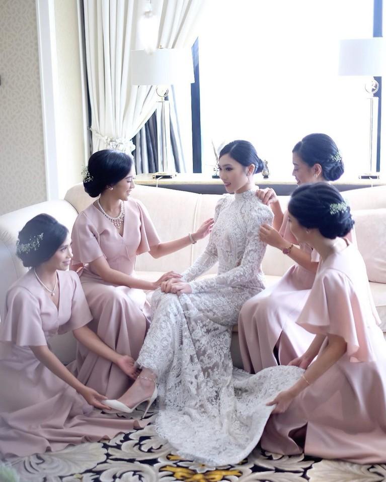 Kebaya yang dipakai Isyana ini sendiri merupakan rancangan desainer kenamaan Indonesia, Didiet Maulauna.