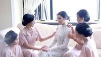 <p>Didampingi bridesmaid, Isyana tampak memaukai, Bun. Membuat Chealse Olivia ikut memuji pesona Isyana yang terlihat makin shining. (Foto: Instagram @Didiet Maulana)</p>