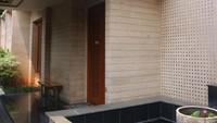 <p>Rumah mewah milik Sarita memiliki luas tanah 716 meter persegi. Ada kurang lebih 10 kamar tidur dan lima kamar mandi. (Foto: Instagram @queen_saritaabdulmukti)</p>