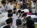 Jenazah Gus Sholah Disambut Doa Ribuan Santri di Tebuireng
