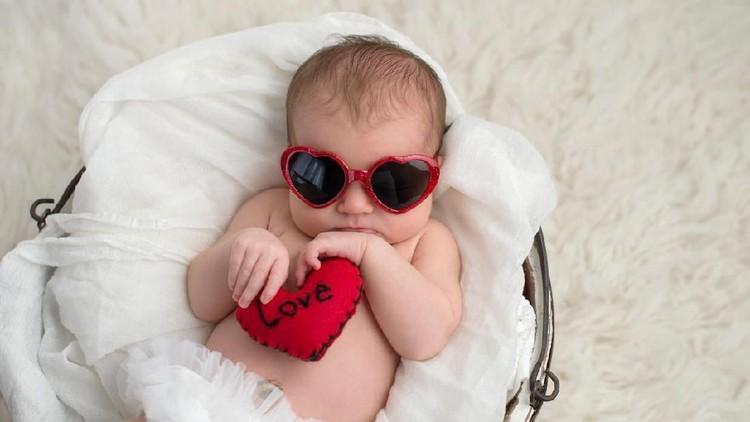 Memberi nama bayi perempuan dengan makna cinta, cocok sekali dengan kepribadian perempuan yang cenderung perasa dan penuh cinta. Cek nama berikut yuk, Bun.