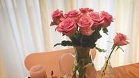 <p>Son Ye Jin juga merangkai bunga sendiri sebagai dekorasi di rumahnya. Ia juga suka dengan lilin aromaterapi. (Foto: Instagram @yejinhand)</p>