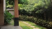 <p>Rumah Sarita yang terletak di Pondok Indah ini terlihat sejuk dan asri dengan halaman yang ditumbuhi sejumlah tanaman. (Foto: Instagram @queen_saritaabdulmukti)</p>