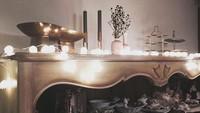 <p>Salah satu perabot favoritnya di rumah, lemari berisi peralatan makan, piring yang fancy. Di atasnya ada lampu dan beberapa dekorasi berlapis cat emas. (Foto: Instagram @yejinhand)</p>