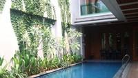 <p>Rumah mewah milik Saritaini juga dilengkapi dengan kolam renang, Bun. (Foto: Instagram @queen_saritaabdulmukti)</p>