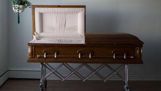 Sebuah perusahaan peti mati di Inggris membuat peti mati mewah dengan taburan glitter berkilau dan warna-warni.
