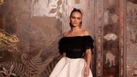 Baru-baru ini, Lily Rose Depp menghadiri British Academy Film Awards (BAFA). Ia juga berjalan di atas red carpet. Tampil mempesona bukan? (Foto: Instagram @lilyrose_depp)