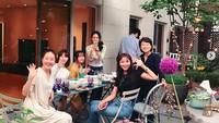 <p>Tampak luar rumah Son Ye Jin, ada patio untuk berkumpul dengan rekan-rekannya. (Foto: Instagram @yejinhand)/ Foto: Instagram</p>