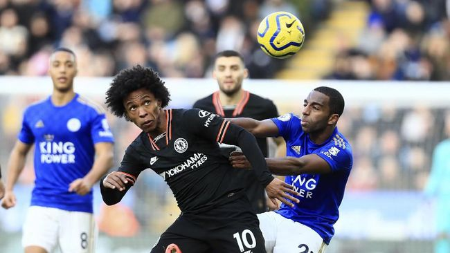 Chelsea's Willian, front left, duels for the ball with Leicester's Ricardo Pereira during the English Premier League soccer match between Leicester City and Chelsea at the King Power Stadium, in Leicester, England, Saturday, Feb. 1, 2020. (AP Photo/Leila Coker)