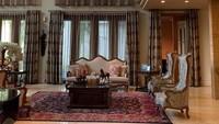 <p>Interior rumah milik Sarita yang terlihat mewah. Sarita mengungkapkan bahwa harga lampu gantungnya sendiri saja Rp150 juta. (Foto: Instagram @queen_saritaabdulmukti)</p>