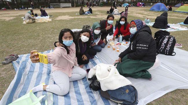 Disnakertrans Jabar meminta para TKI yang kembali dari luar negeri untuk melakukan karantina 14 hari, demi mencegah penyebaran virus corona.