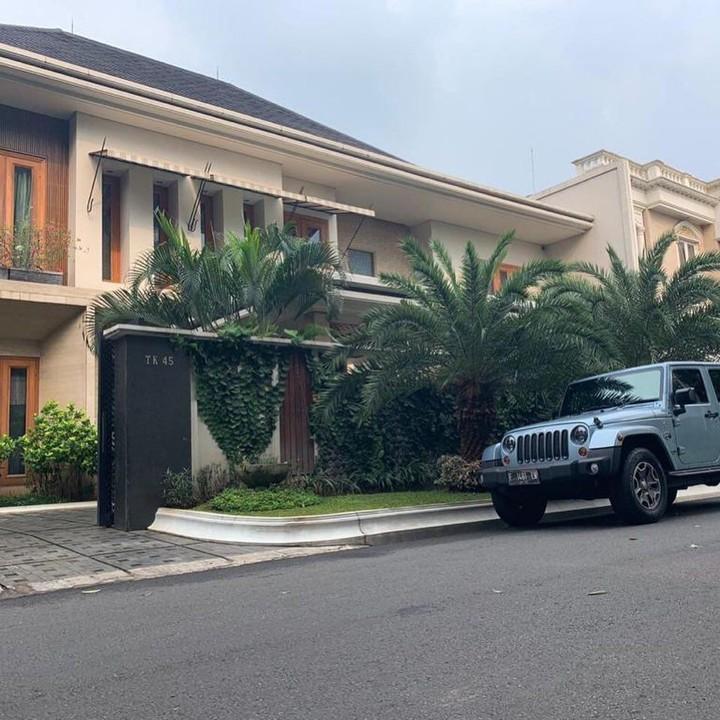 Sarita Abdul Mukti menjual rumah mewah miliknya di Pondok Indah seharga Rp49 miliar. Rumah tersebut diperoleh setelah cerai dari Faisal Haris.