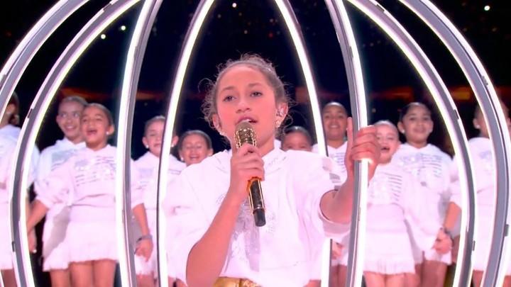 Setelah duet dengan Shakira jadi trending, J Lo juga bernyanyi dengan anaknya. Tak hanya di panggung, J Lo juga dekat dengan anaknya di kehidupan sehari-hari.