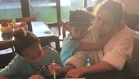 Di momen lain, J Lo mengajarkan anak-anaknya ketika mengerjakan tugas seperti di foto ini. (Foto: Instagram @jlo)