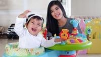 Raya beberapa kali memamerkan kebersamaannya dengan Alesha. Salah satunya ketika menemani anaknya bermain sambil naik di atas baby walker. (Foto: Instagram @rayakohandi244)