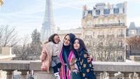 <p>Ririn menyebut dua anak gadisnya sebagai napas dan kekuatan dalam hidupnya. Dia berharap agar Jasmine dan Cattaleya saling jaga serta menyayangi. (Foto: Instagram @ririnekawati)</p>
