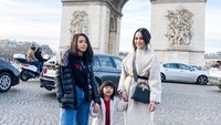 <p>Mengantar kedua anaknya liburan. Kata Ririn hal ini akan menjadi agenda mereka bertiga setiap tahun. (Foto: Instagram @ririnekawati)</p>