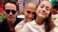 Gadis ini mengikuti jejak ibunya menyanyi. Emme adalah anak dari J Lo dan mantan suaminya, Marc Anthony. (Foto: Instagram @munizlopez_familia)