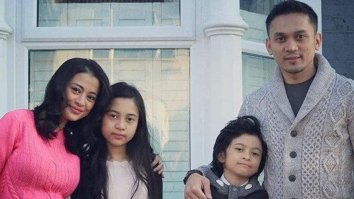 <p>Artis Angie Virgin kini menetap di London, Inggris. Ia dan anak-anaknya diboyong sang suami, Habibi Syaaf yang berprofesi sebagai polisi Inggris. (Foto: Instagram @angie_virgin)</p>