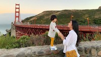 Bahkan, ketika jalan-jalan pun Raya menggunakan baju yang senada dengan Alesha. OOTD ala ibu dan anak nih. (Foto: Instagram @rayakohandi244)