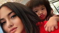 <p>Selfie bareng si kecil Cattaleya, lucu banget ya posenya. Si kecil manyun di belakang Mama Ririn. (Foto: Instagram @ririnekawati)</p>