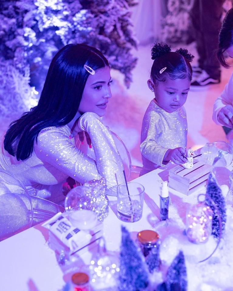 Kylie membagi lokasi perayaan menjadi 3 bagian yakni, Frozen World, Trolls World, dan Stormi World.