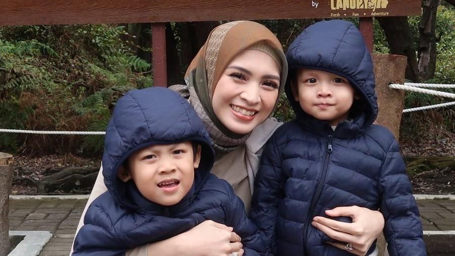 Hati Donita Remuk Lihat Dua Anak Terinfeksi Virus Bersamaan