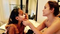 Sebagai seorang ibu yang pandai berdandan, J Lo mendandani Emme ketika akan menghadiri acara Halloween. (Foto: Instagram @jlo)