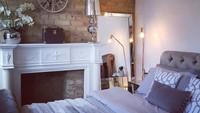 <p>Dalam beberapa unggahan di Instagram, Angie memperlihatkan isi rumahnya. Desain luar dan interiornya begitu klasik khas rumah-rumah di Inggris. (Foto: Instagram @angie_virgin)</p>