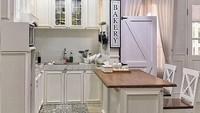 <p>Bagian dapur rumah Natalie Sarah. Lantai di bagian dapur kotornya tak dilapisi parkit melainkan keramik motif supaya mudah dibersihkan. (Foto: Instagram @natalie_sarahs)</p>