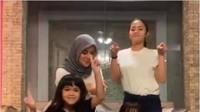 <p>Presenter Olla Ramlan mencoba #AnySongChallenge bersama kedua putrinya Aleena Naira Hana Hutapea dan Adreena Naira Hana Hutapea. #AnySongChallenge pertama kali dipopulerkan penyanyi asal Korea Selatan, Zico, untuk mempromosikan lagu barunya berjudul <em>Any Song</em>. (Foto: tangkapan layar Instagram @ollaramlan)</p>