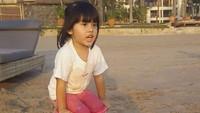 <p>Kini Vania tumbuh jadi gadis kecil yang ceria dan cantik. Bocah tiga tahun ini sudah banyak gaya ketika difoto. Termasukberdiri di dalam ember. (Foto: Instagram @vaniaathabina24)</p>