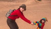 <p>Bersama Bunda Venna jalan-jalan ke padang pasir. Kompak ya tampil serba merah. (Foto: Instagram @vennamelindareal)</p>