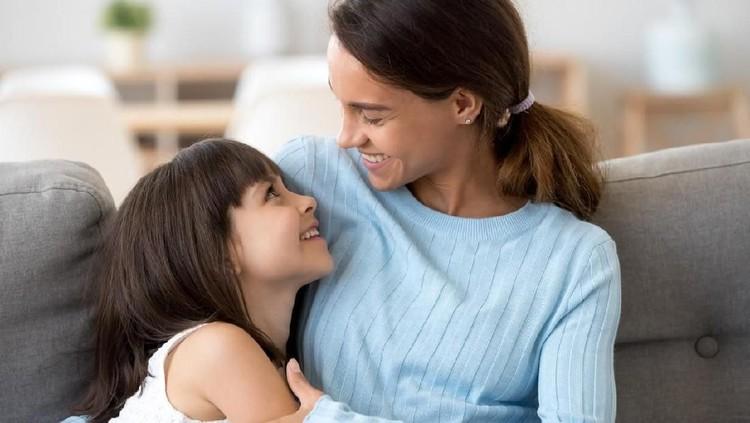 Bersama anak ternyata tidak sama dengan di dekat anak, Bun. Mulai sekarang, biasakan sisihkan waktu untuk bersama anak tanpa gangguan apapun.