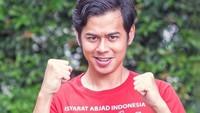 <p>Pria berusia 26 tahun ini membuka kelas untuk pelatihan BISINDO di berbagai kota di Indonesia lho, Bun. (Foto: Instagram @suryasahetapy)</p>