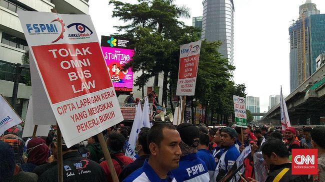 Ratusan buruh menggelar aksi unjuk rasa menolak kenaikan iuran jaminan kesehatan Badan Penyelenggara Jaminan Kesehatan (BPJS) di depan Kantor Kementerian Kesehatan (Kemenkes), Kamis (6/2). Aksi dimulai sekitar pukul 11.00 WIB.