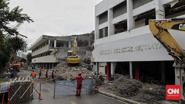 Berdasarkan pantauan, Gedung Graha Bhakti Budaya (GBB) di kawasan TIM sudah mulai dibongkar menggunakan alat berat sebagai lanjutan revitalisasi TIM.