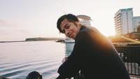 <p>Sebagai aktivis BISINDO, Surya ikut mensosialisasikan bahasa isyarat lewat sebuah lagu religi. Bersama teman tuli lainnya, Surya ikut andil dalam <em>Quran Indonesia Project</em> untuk membuat video musik berjudul <em>Cahaya dalam Sunyi</em>. (Foto: Instagram @suryasahetapy)</p>