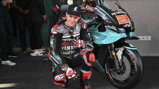 Petronas Yamaha SRT's French rider Fabio Quartararo presents the team's new livery for the 2020 MotoGP season during a ceremony at the Sepang International Circuit in Sepang on February 6, 2020, ahead of the weekend's pre-season winter test. (Photo by MOHD RASFAN / AFP)