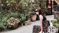 <p>Selain <em>midi dress</em>, Son Ye Jin juga senang mengenakan <em>long dress</em>motif floral yang dipadu dengan atasan berwarna hitam. (Foto: Instagram @yejinhand)</p>